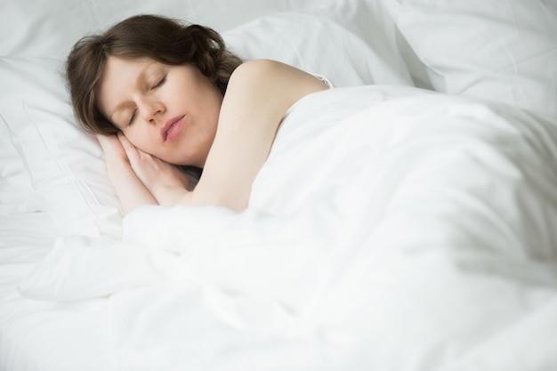Mulher que dorme pacificamente