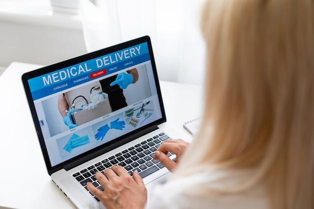 Mulher que escolhe a farmácia online de medicamentos. compra de medicamentos e medicamentos online.