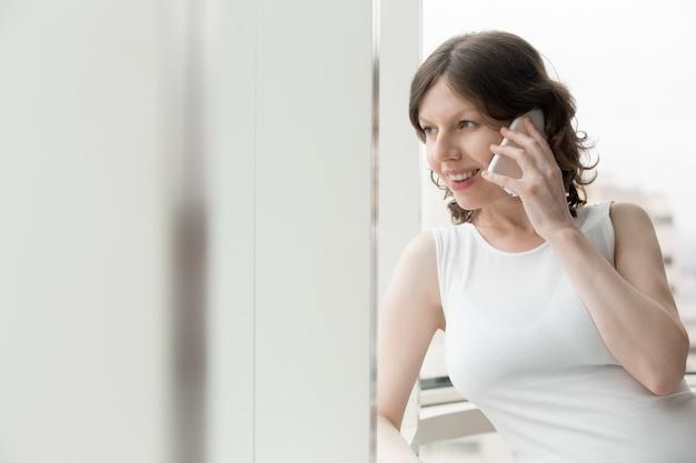 Mulher que fala no telefone