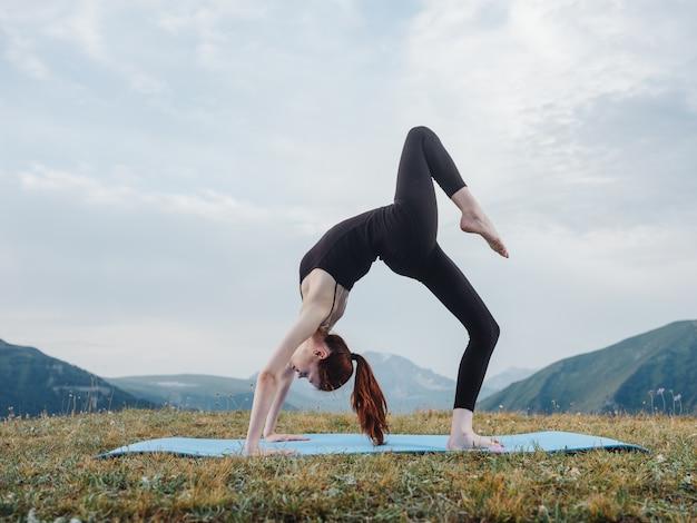 Mulher que faz a meditação do asana do tapete da aptidão da ginástica da ioga.