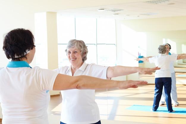 Mulher que faz exercícios da ginástica