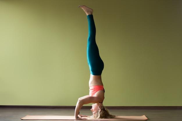 Mulher que faz o handstand