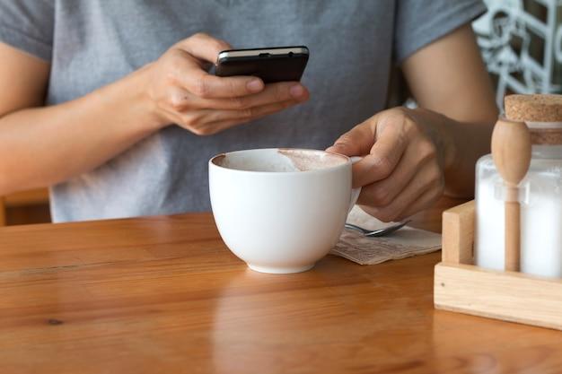 Mulher que gosta de beber aquecer, café tardio em uma xícara