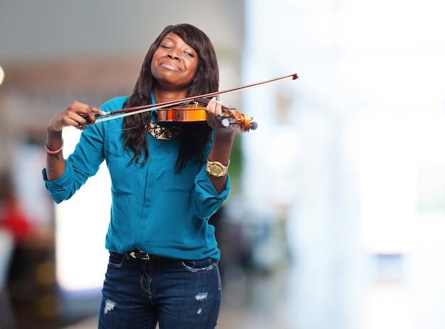 Mulher que joga o violino