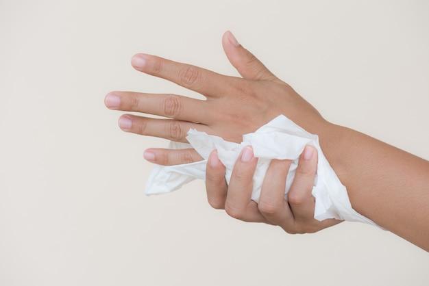 Mulher que limpa suas mãos com um tecido. conceito de saúde e médico.