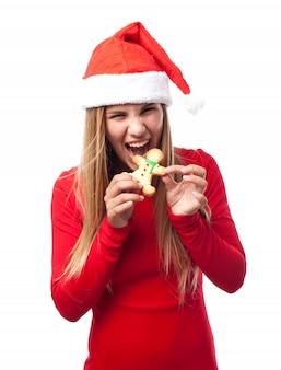 Mulher que morde um biscoito