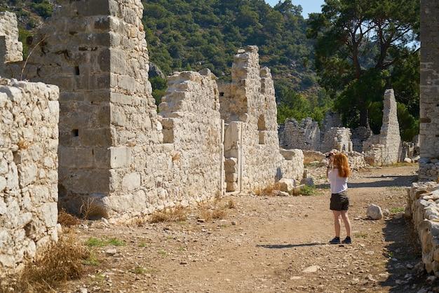 Mulher que olha ruínas