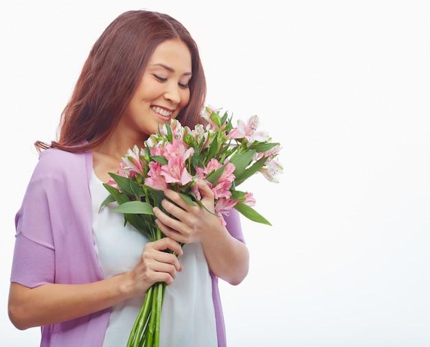 Mulher que olha seu bouquet
