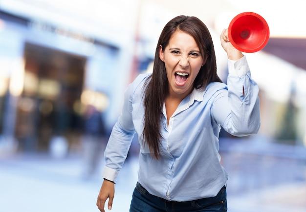 Mulher que prende um objeto circular vermelha