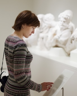 Mulher que procura esculturas antigas