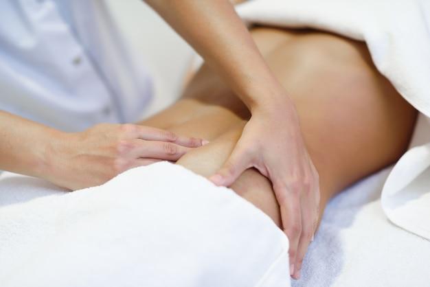 Mulher que recebe uma massagem do ventre no salão de spa
