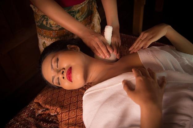 Mulher que recebe uma massagem na clavícula