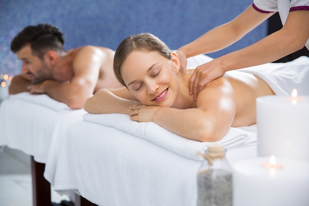 Mulher que recebe uma massagem nas costas