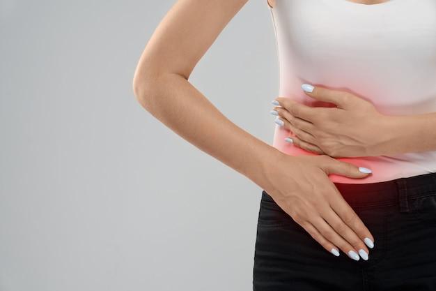 Mulher que sofre de dor de barriga