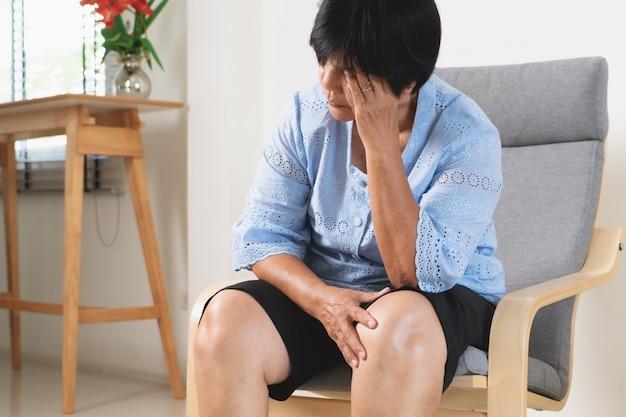 Mulher que sofre de dor de cabeça, estresse, enxaqueca, conceito de problema de saúde