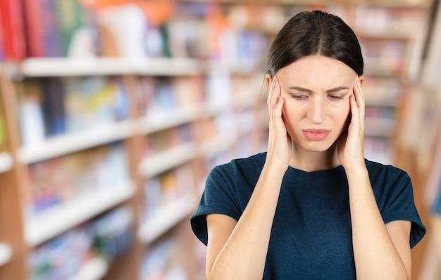 Mulher que sofre de dor de dente, cárie dentária ou sensibilidade