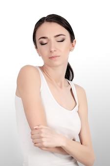 Mulher que sofre de reumatismo articular crônico