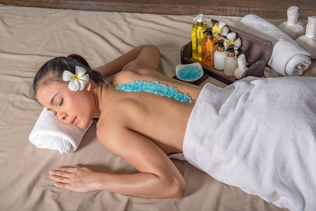 Mulher que tem a massagem do corpo na loja do serviço do tratamento da massagem do corpo dos termas.