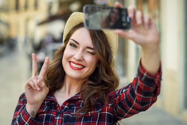 Mulher que toma uma selfie