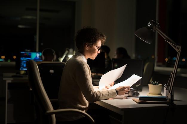 Mulher que trabalha à noite