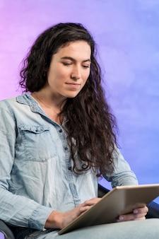 Mulher que trabalha em seu laptop