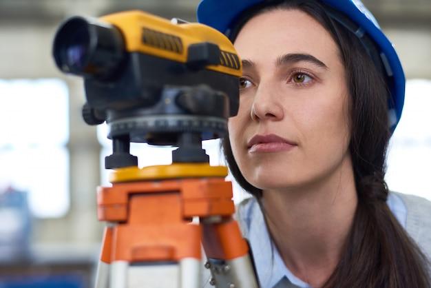 Mulher que trabalha em topografia de construção