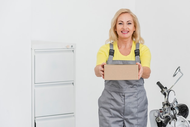 Mulher que trabalha na entrega