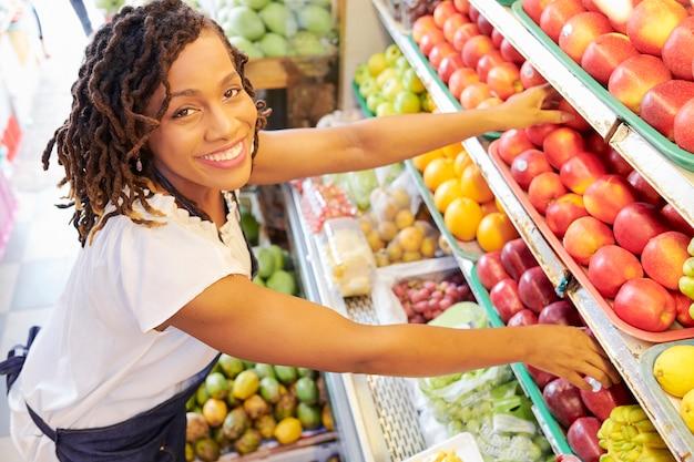 Mulher que trabalha no departamento de frutas