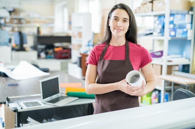 Mulher que trabalha no escritório de tipografia