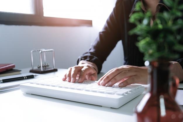 Mulher que trabalha usando um laptop na tabela de madeira. mãos, digitando, ligado, um, teclado