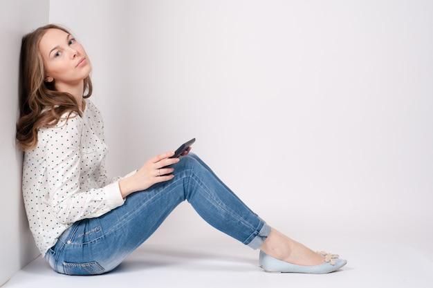 Mulher que usa feliz digital do pc do tablet pc isolado no fundo branco.