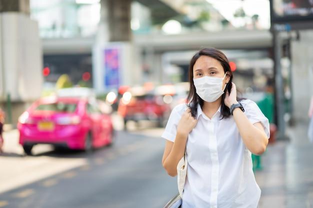 Mulher que usa máscara facial protege o filtro contra a poluição do ar (pm2.5)