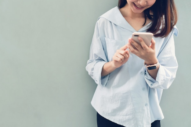 Mulher que usa o smartphone, durante o tempo de lazer.
