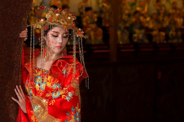 Mulher que veste o vestido vermelho, trajes clássicos chineses.