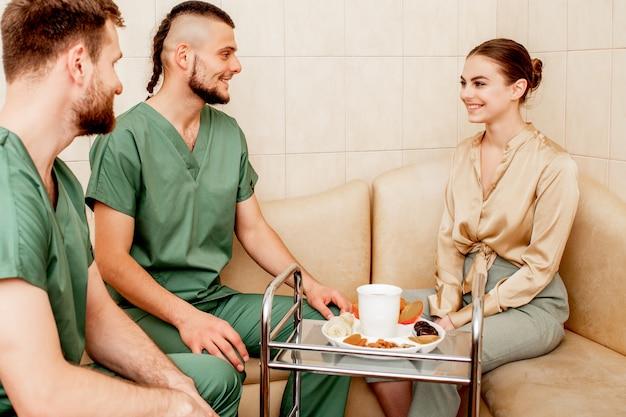 Mulher que visita massoterapeutas