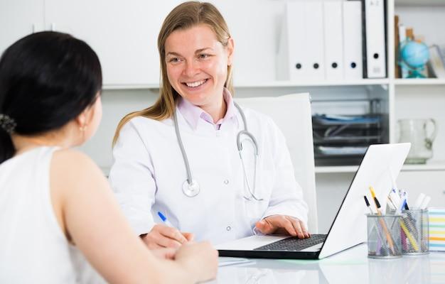 Mulher que visita médica do sexo feminino