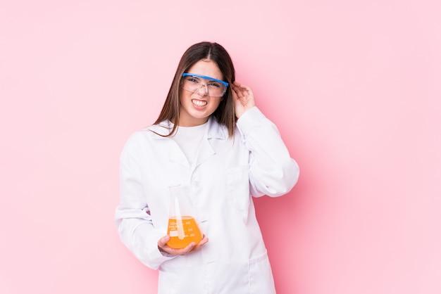 Mulher química nova isolada cobrindo as orelhas com as mãos.