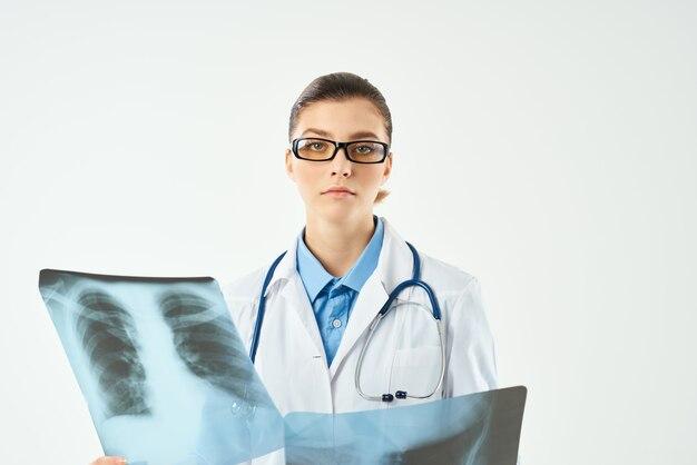 Mulher radiologista examina o diagnóstico de profissionais de radiologia