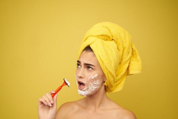 Mulher raspa o rosto com uma navalha, depilação, depilação facial