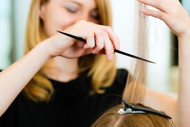 Mulher, recebendo, corte cabelo