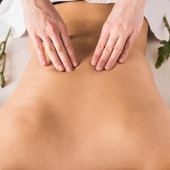 Mulher, recebendo, costas, massagem, em, beleza, spa