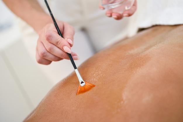 Mulher, recebendo, costas, massagem, tratamento, com, escova óleo