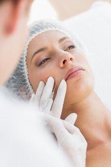Mulher recebendo injeção de botox no lábio superior