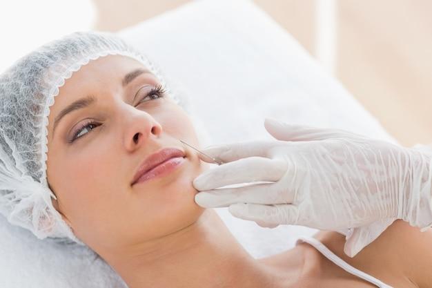 Mulher recebendo injeção de botox