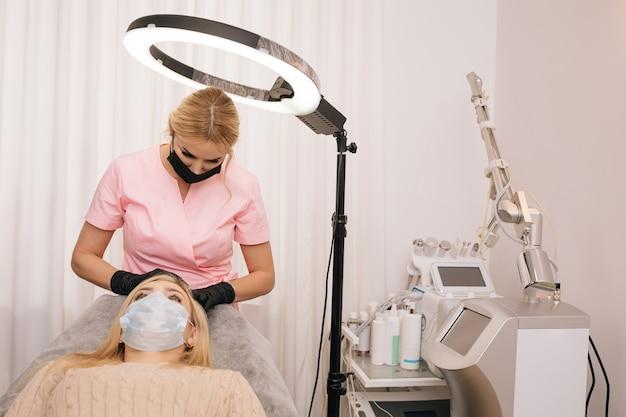 Mulher recebendo injeção no couro cabeludo mesoterapia terapia de queda de cabelo médicos usando luvas em salão de beleza fazendo manipulações médicas para paciente