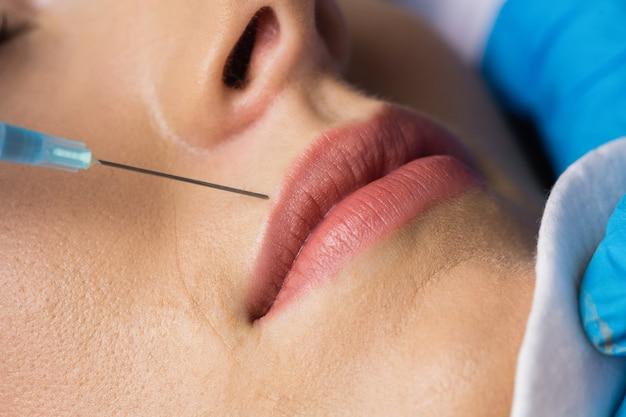 Mulher recebendo injeção nos lábios