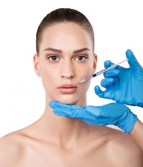 Mulher recebendo injeções perto dos lábios