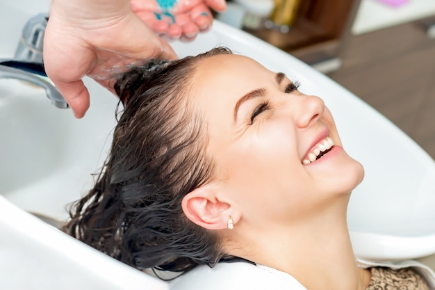 Mulher, recebendo, lavando cabelo