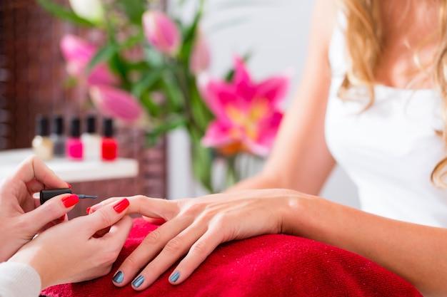 Mulher, recebendo, manicure, em, unha, salão