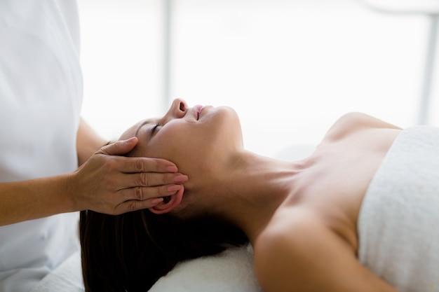 Mulher recebendo massagem de massagista